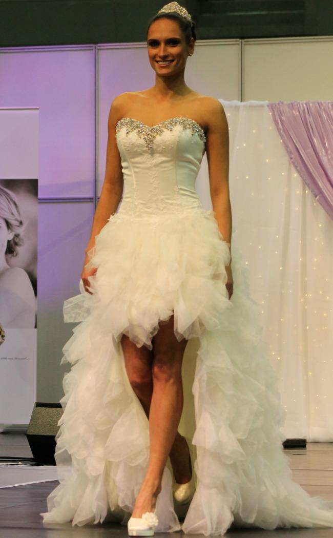 Bonjour szalon rövid-hosszú fodros esküvői ruha