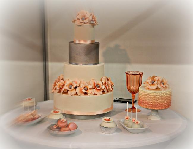 Barackszín - ezüst esküvői torta kombináció