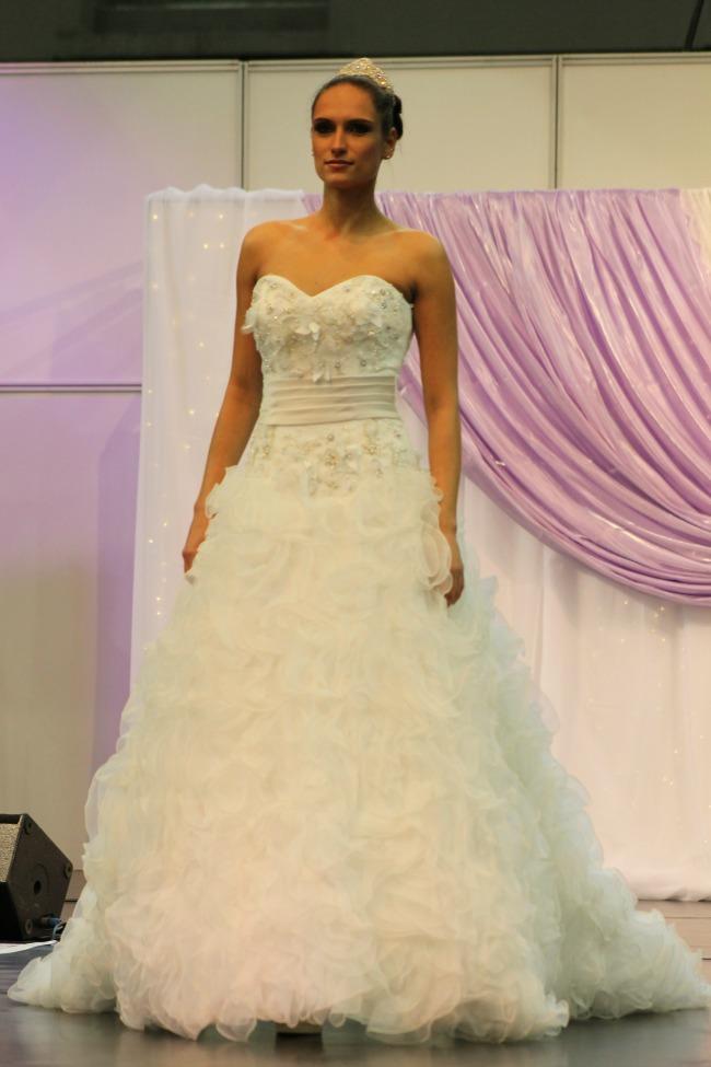 Bohém esküvői ruha fodrokkal