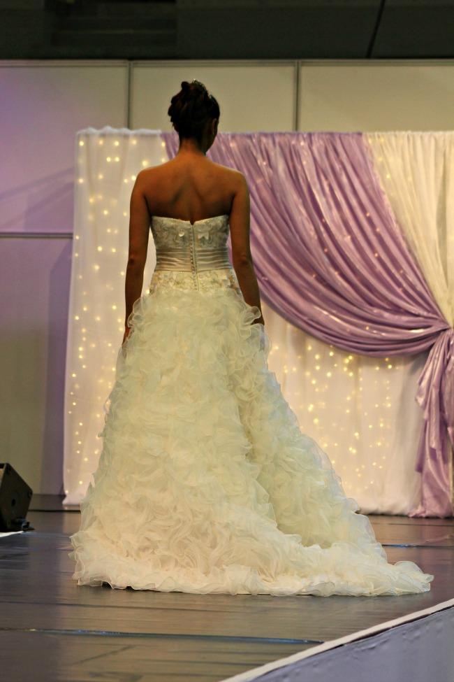 Bohém vidám esküvői ruha háta