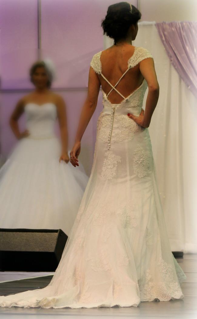 Csipkés keresztpántos esküvői ruha