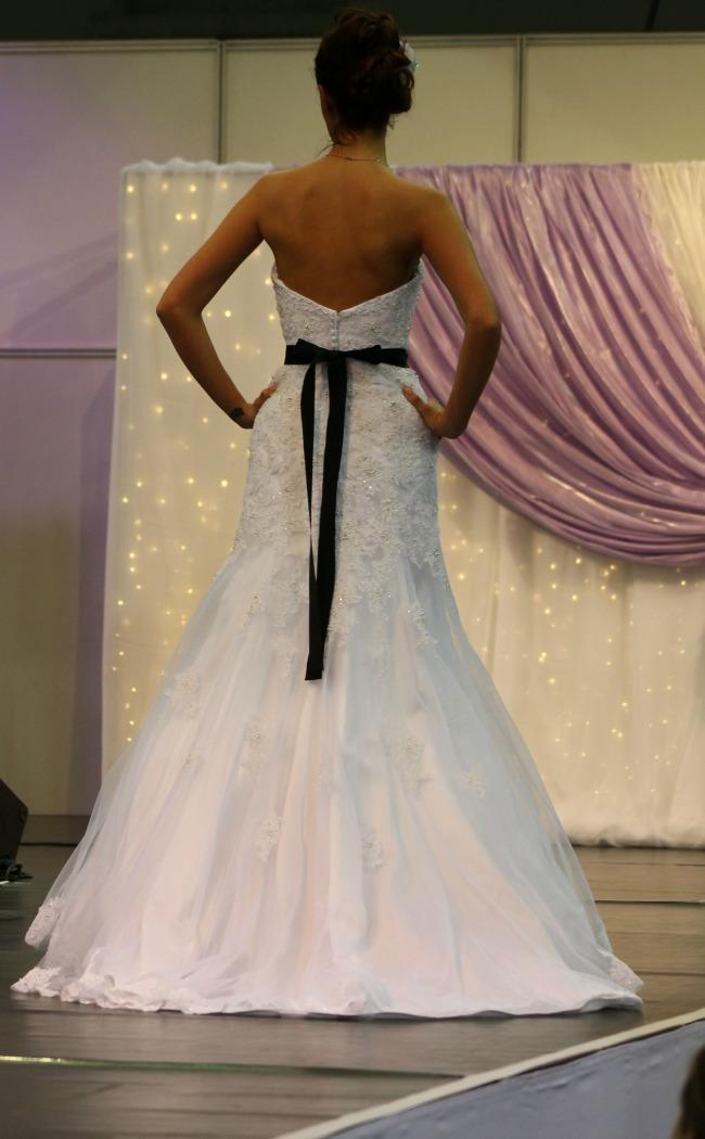 Bonjour Szalon fekete övvel díszített esküvői ruha hátulja