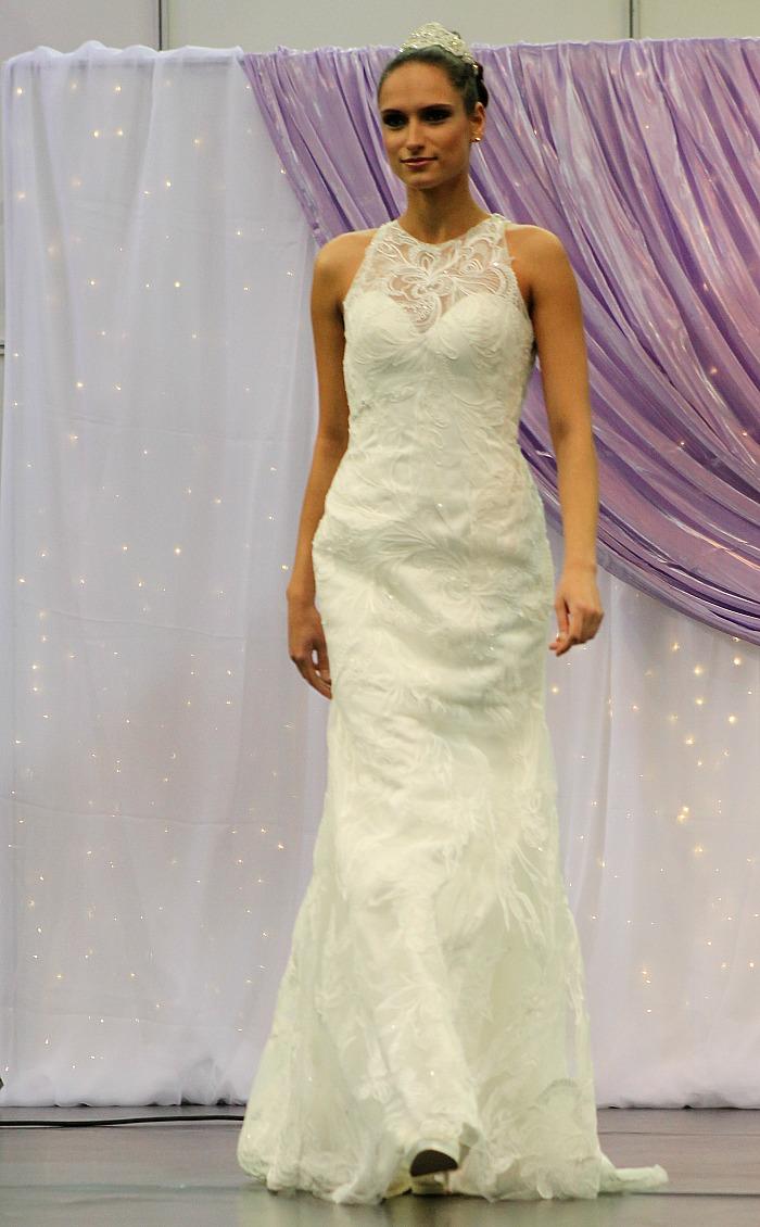 Csipkés magasan záródó menyasszonyi ruha eleje
