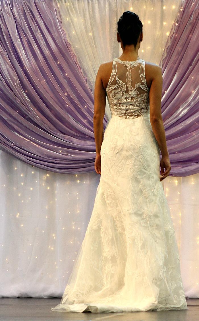 Csipkés mintás esküvői ruha hátulja
