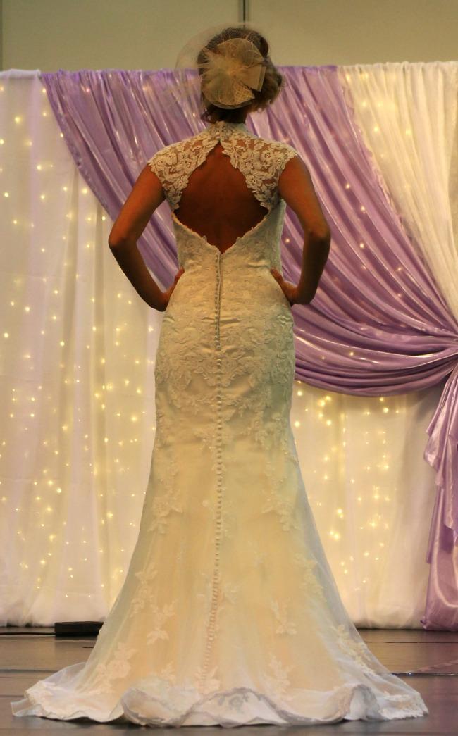 Bonjour szalon kivágott hátú csipkés esküvői ruha