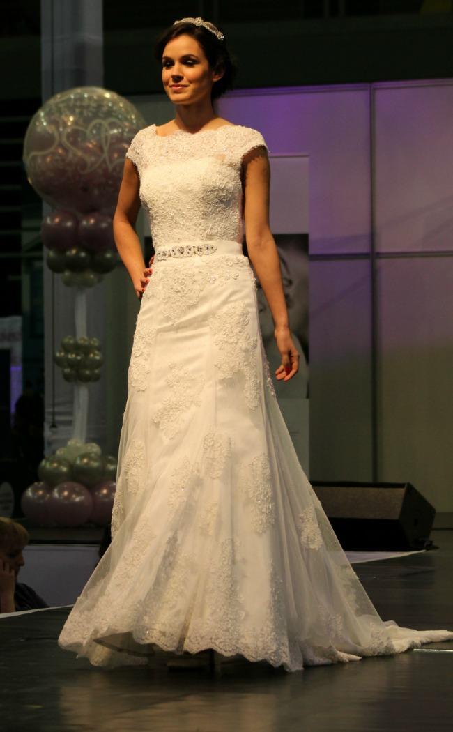 Csipkével borított esküvői ruha