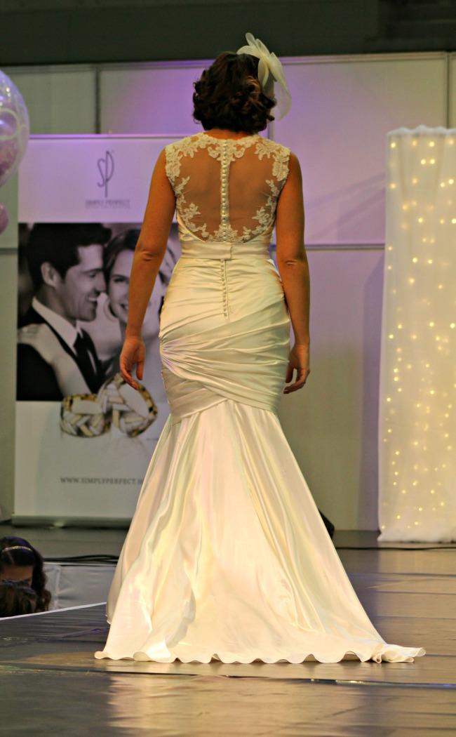 Csipkehátú esküvői ruha hableány fazonnal