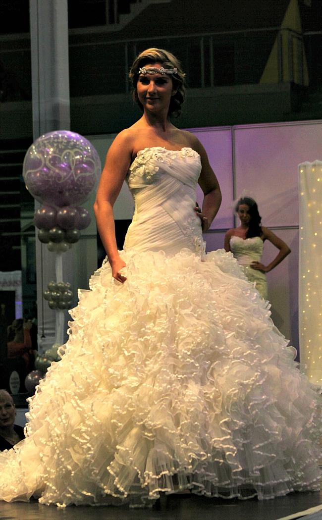 Fodros habos menyasszonyi ruha