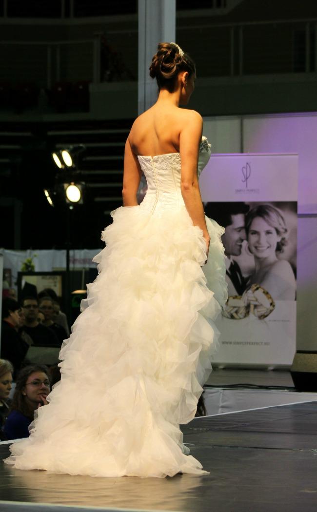 Bonjour szalon fodros rövid-hosszú esküvői ruha hátulja