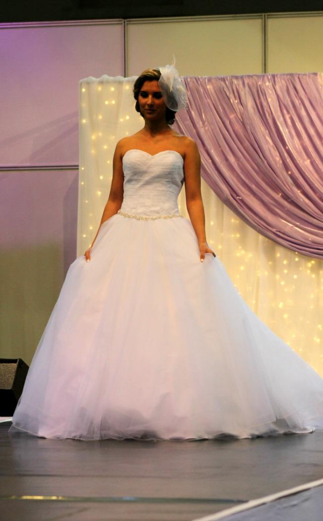 Bonjour szalon gyönggyel díszített esküvői ruha