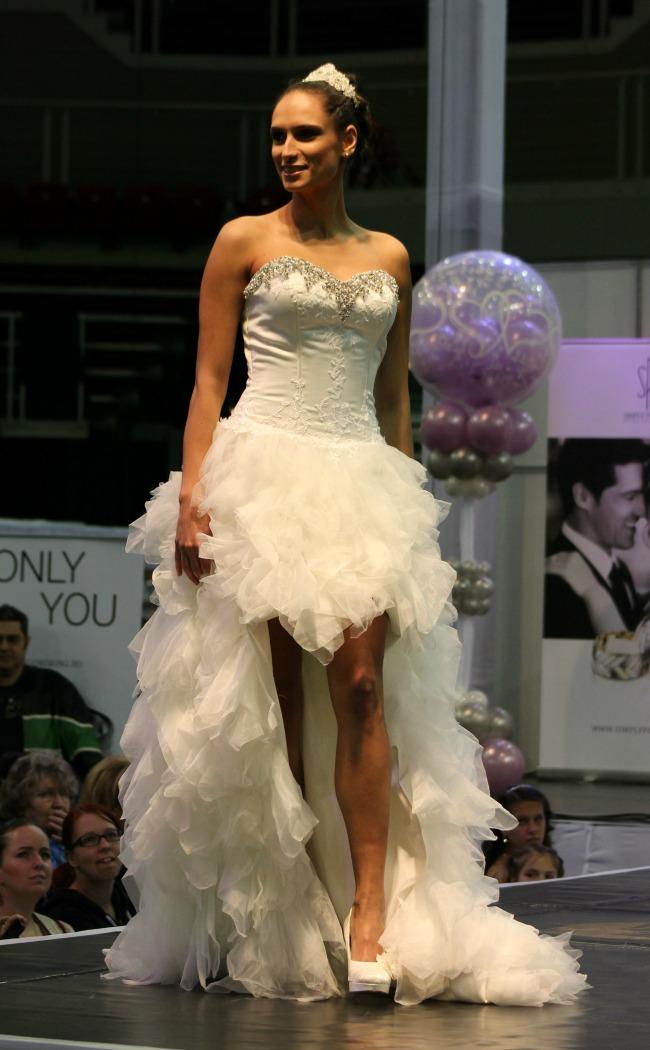 Rövid-hosszú fodros menyasszonyi ruha