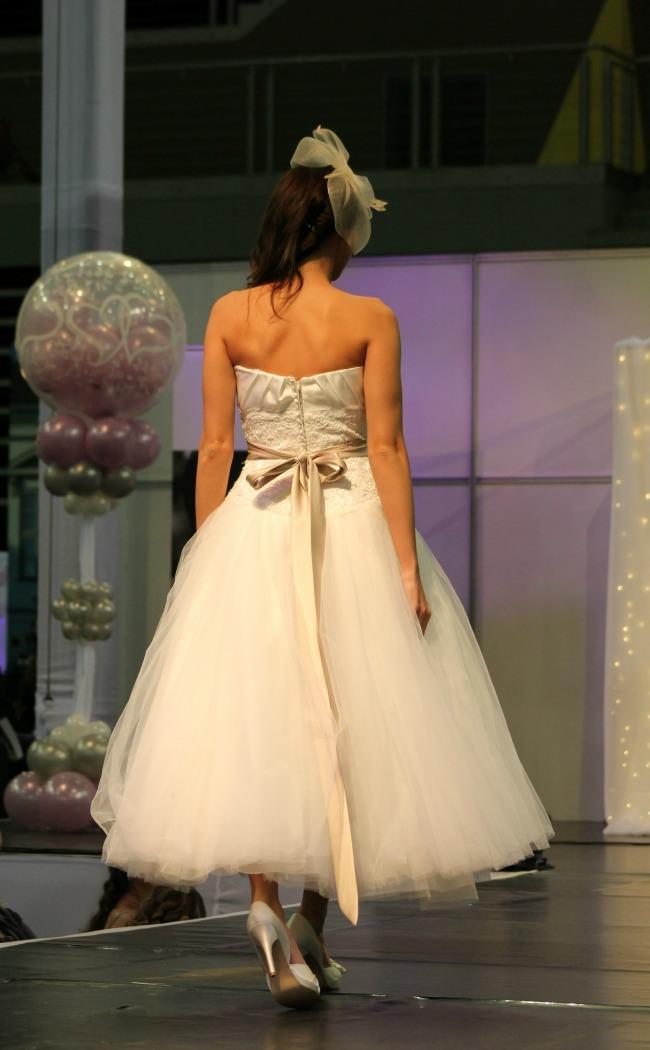 Bonjour szalon térdigérő esküvői ruha hátulja