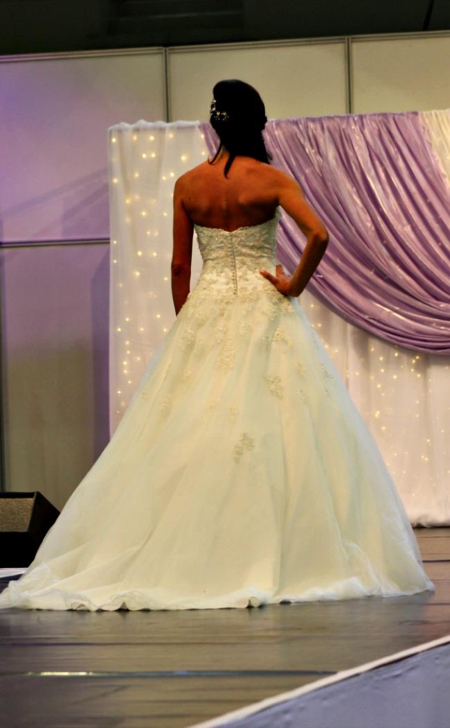 Virágrátétes menyasszonyi ruha háta