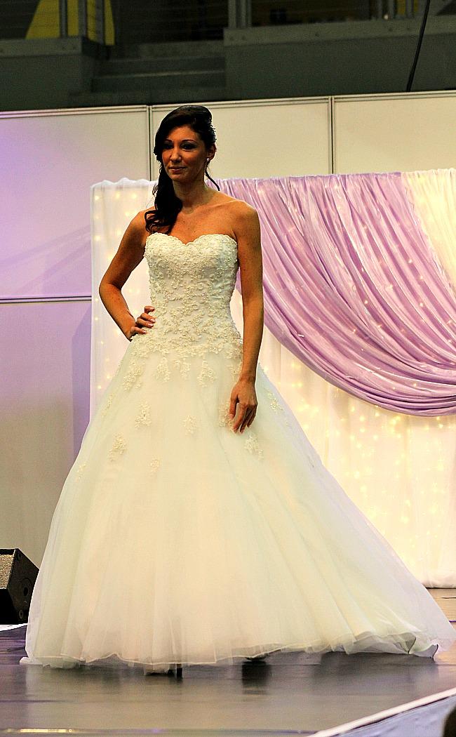 Virágrátétes esküvői ruha