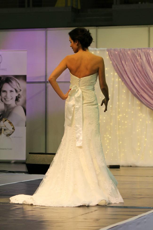 Csipkés rózsaöves esküvői ruha háta