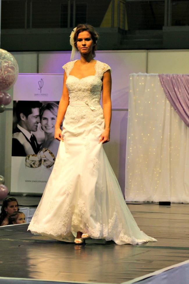 Csipkés vállú illetve hátú esküvői ruha