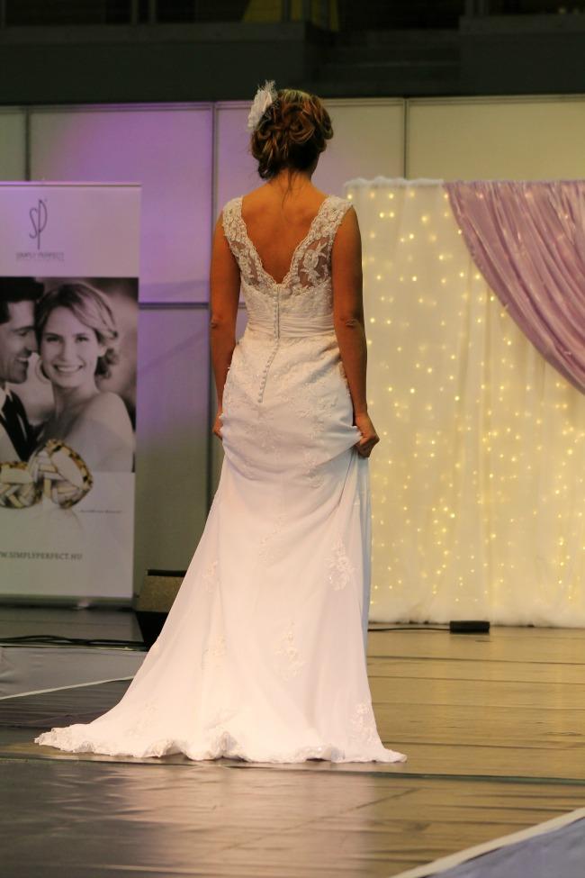 Csipkerátétes esküvői ruha háta