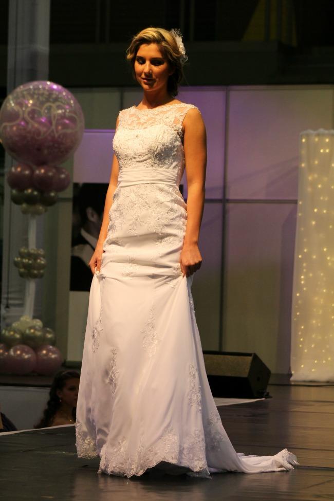 Csipkerátétes esküvői ruha