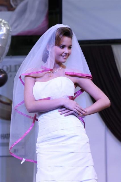 Esküvői ruha hot pink fátyollal