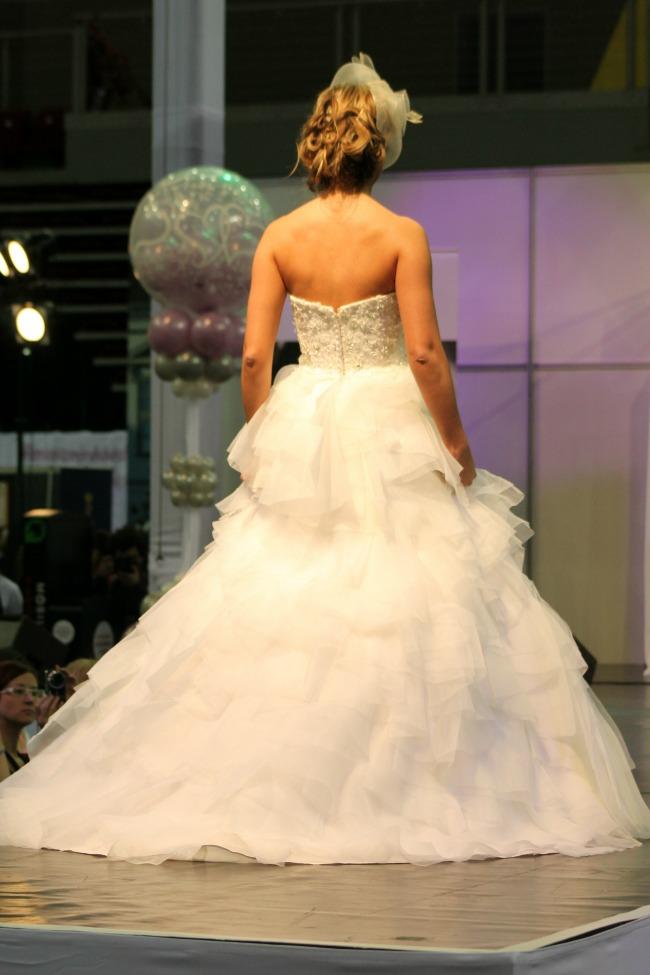 Fodros esküvői ruha háta