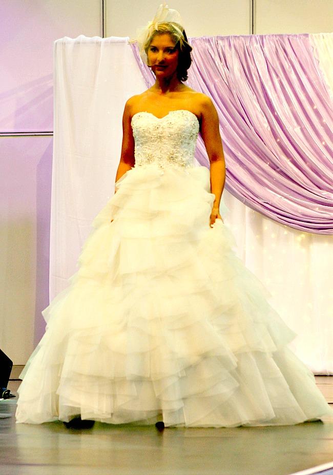 Fodros esküvői ruha