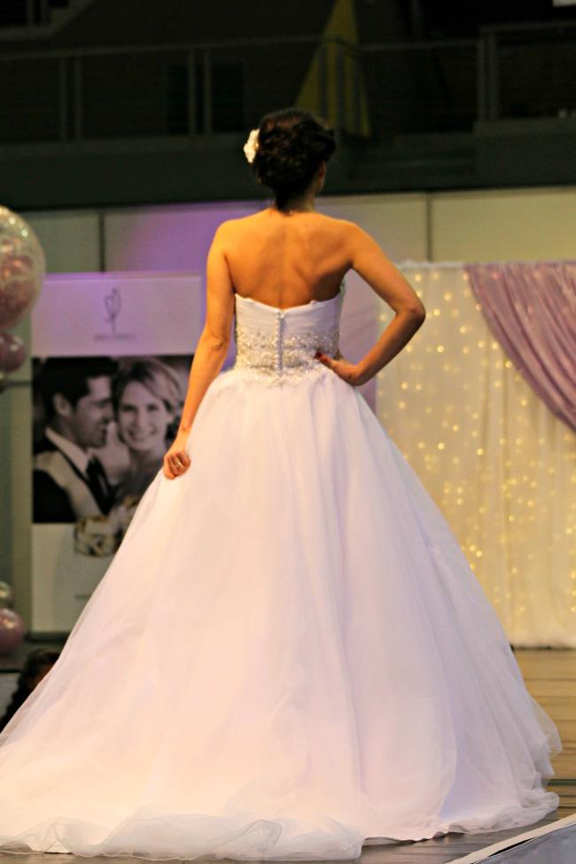 Gyönggyel díszített esküvői ruha háta
