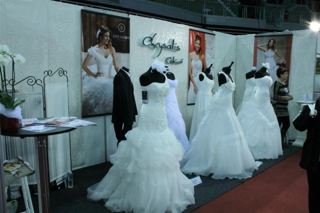 Félvállas esküvői ruhák