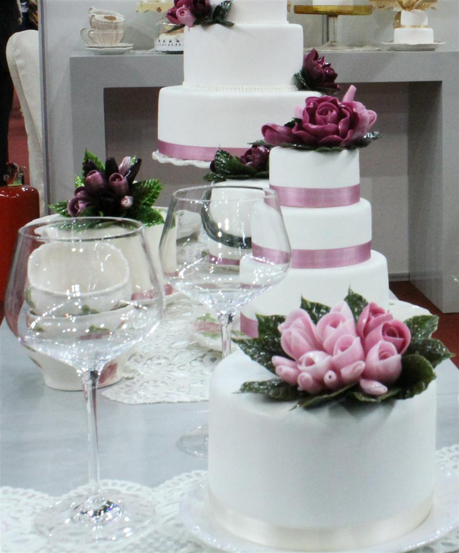 Elegáns torta rózsa díszítéssel