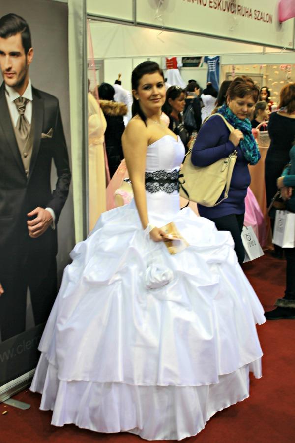 Esküvő kiállítás 2015 Esküvői ruha fekete csipke övvel