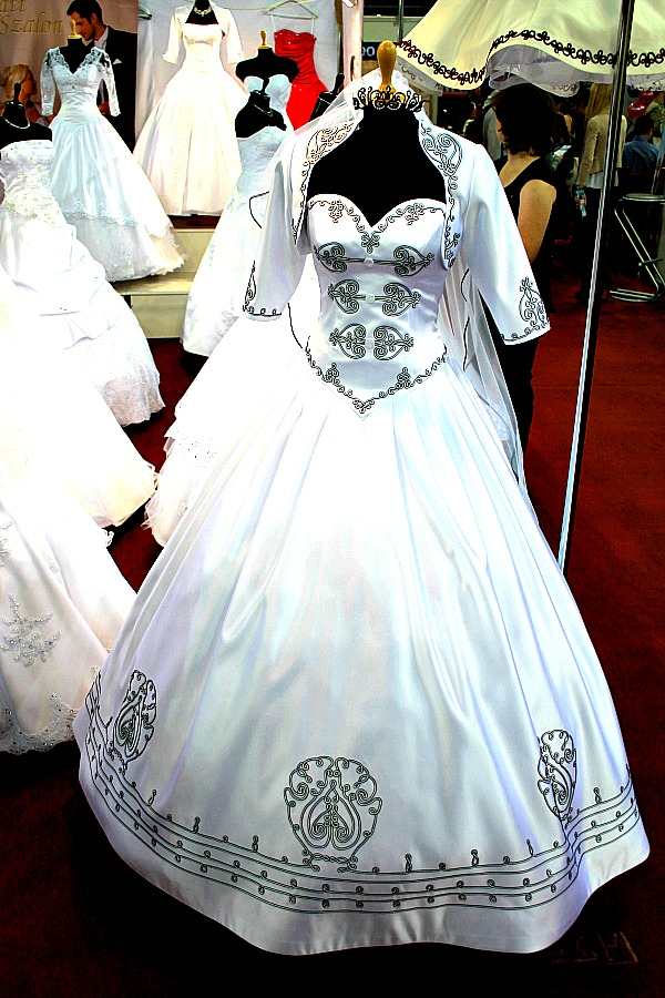 Különleges esküvői ruha magyaros