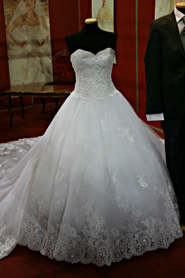 Különleges esküvői ruhák Almássy Szalon hercegnős ruha