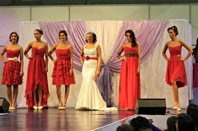 pink koszorúslány ruhák és menyasszony