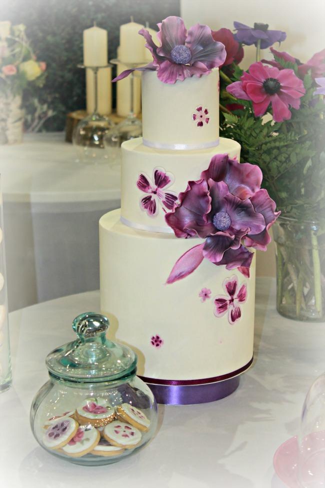 Lila virágdíszes esküvői torta