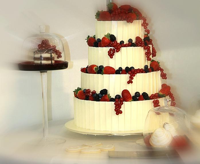 Fehér csokoládéval borított esküvői torta