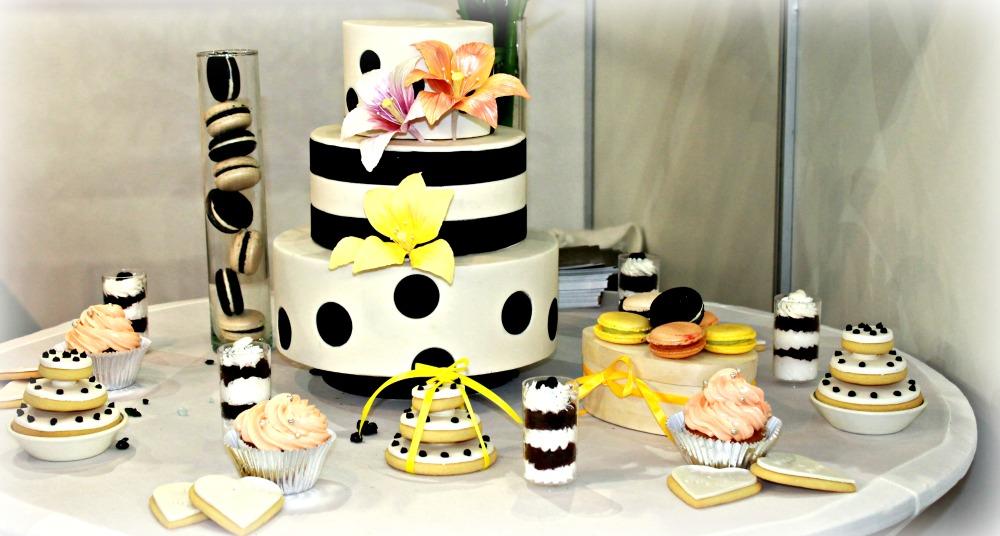 Vidám menyasszonyi torta kiegészítőkkel.