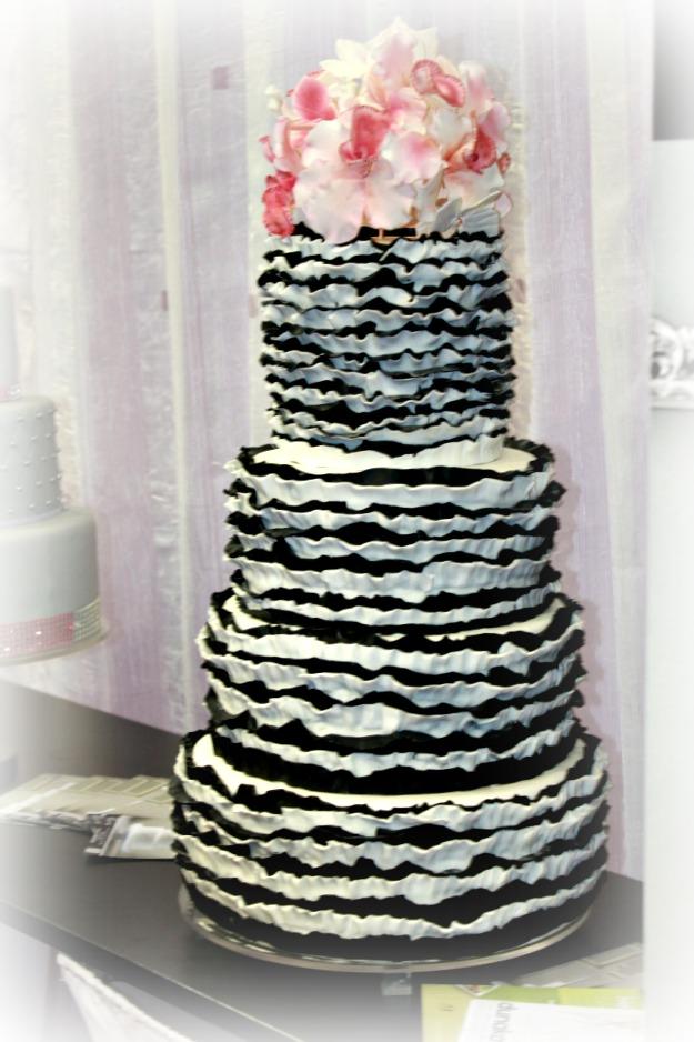 Fodros elegáns csupasz esküvői torta