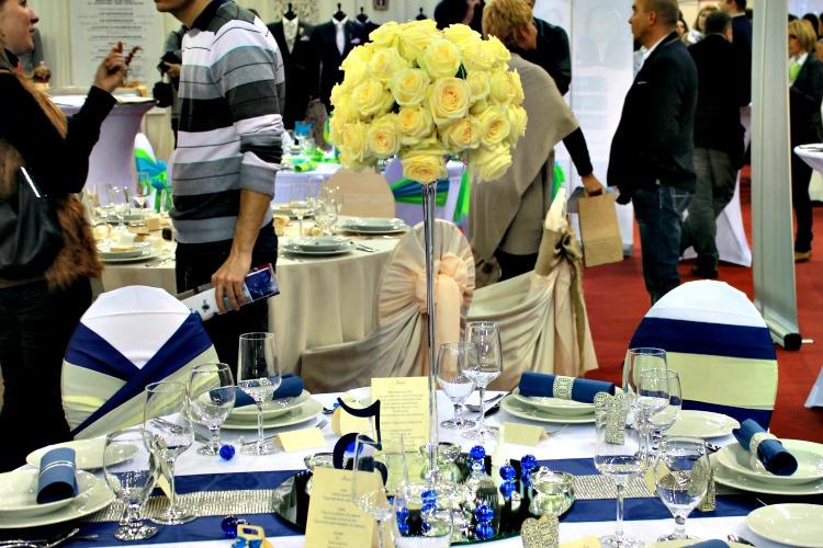 Kék sárga esküvői teríték