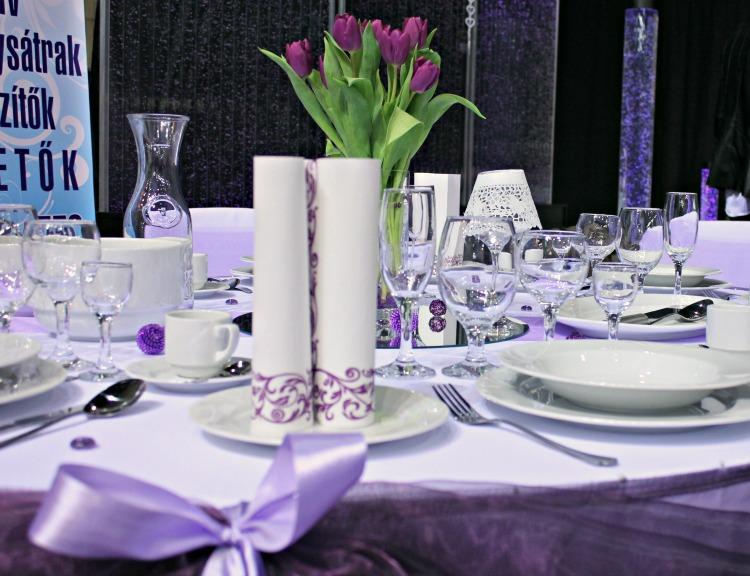 Lila esküvői asztal dekoráció a Sátorrenttől