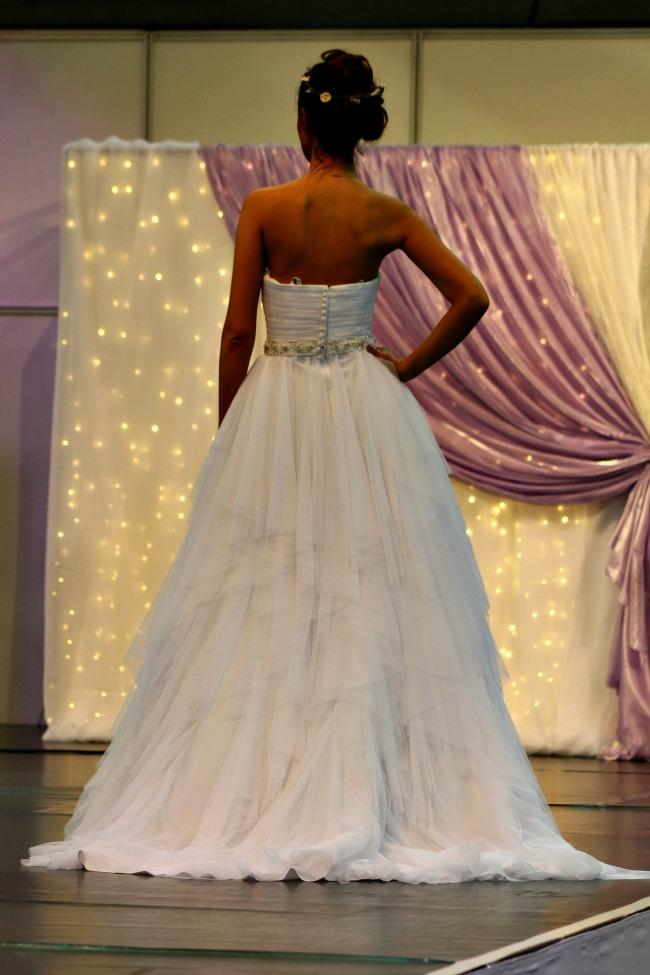 Rafinált esküvői ruha háta