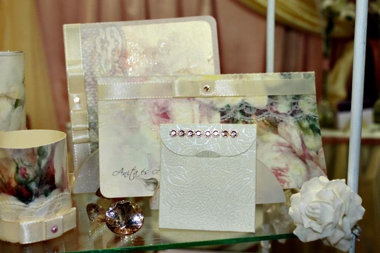 Romantikus rózsás esküvői dekor