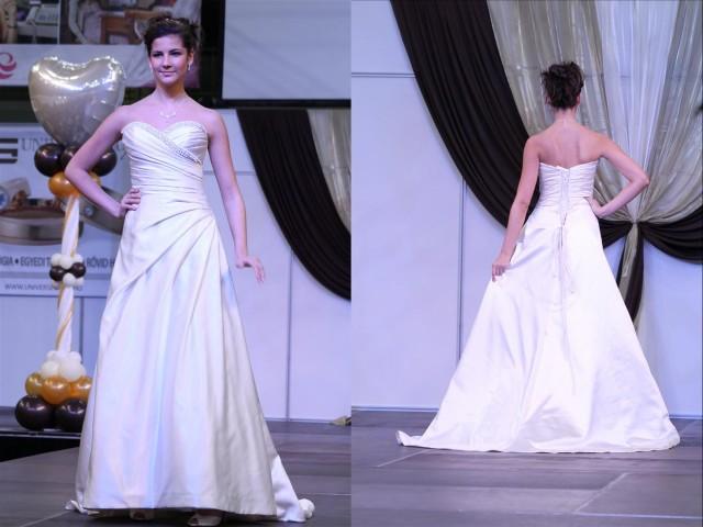 A vonalú esküvői ruha gyöngyökkel
