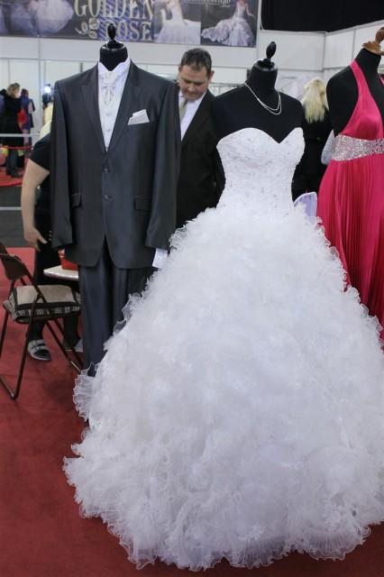 Habos fodros csipkés esküvői ruha