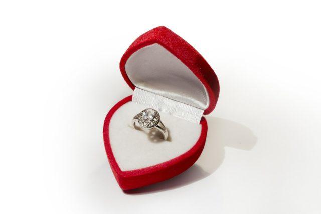 Lánykérő gyűrű, kísérő gyűrű, eljegyzési gyűrű