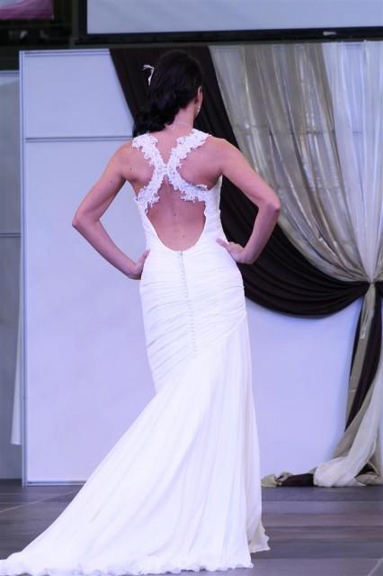 Menyasszonyi ruha egyedi hátkivágással