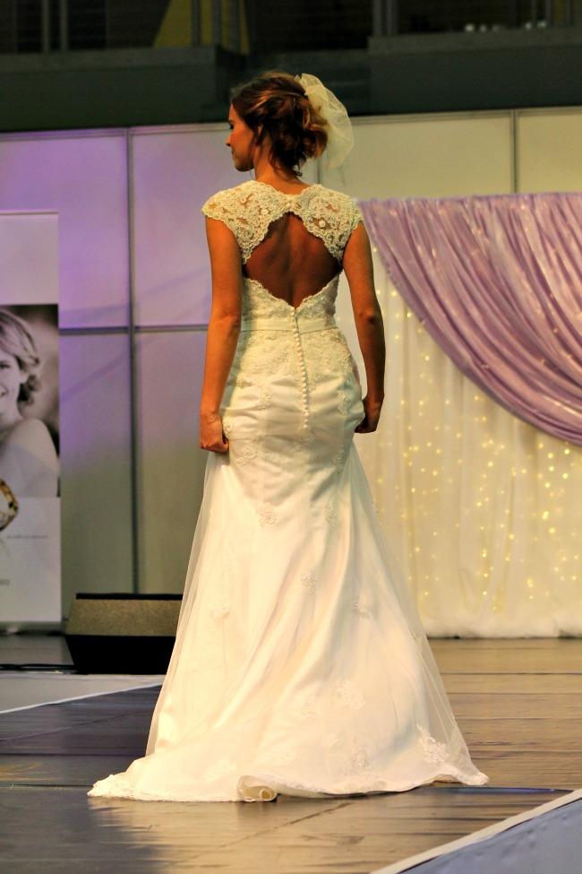 pillangós vállú csipkés esküvői ruha háta