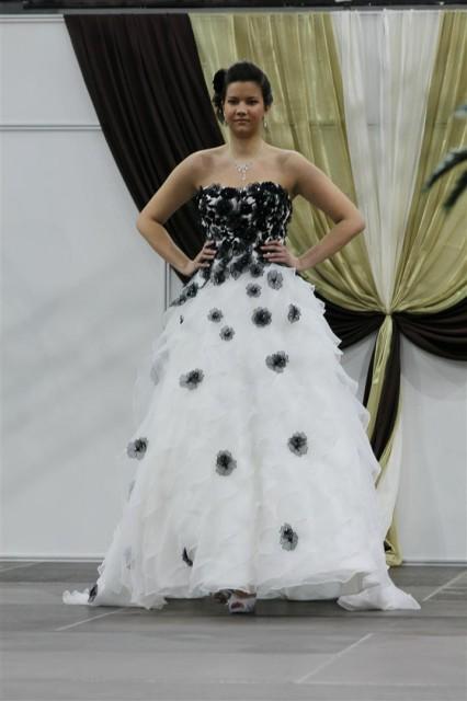 Virágmintás esküvői ruha fekete tüllökkel